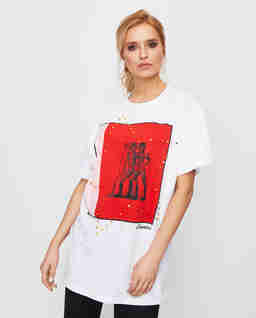 Biały t-shirt z czerwoną aplikacją
