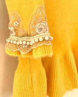 Żółta sukienka z białym kołnierzykiem
