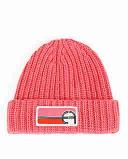 Różowa czapka z dużym logo