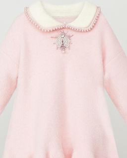 Sukienka różowa z perłami i żukiem