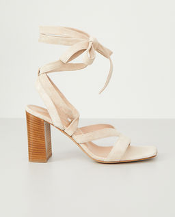 Jasnobeżowe sandały z wiązaniem