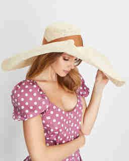 Beżowy kapelusz z szerokim rondem