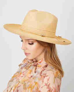 Slaměný klobouk s korálky