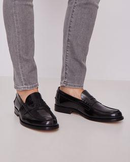 Czarne skórzane loafery