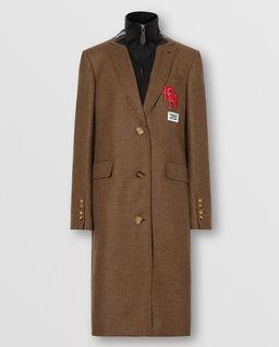 Brązowy płaszcz z naszywkami