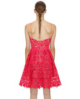 Różowa sukienka mini z koronki