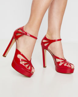 Czerwone sandały na słupku