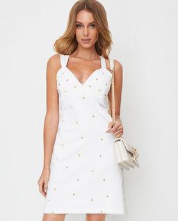 Biała sukienka ze złotymi zdobieniami