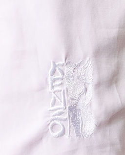 Biała bluzka z bufiastymi rękawami