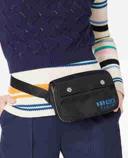 Černá kabelka kolem pasu