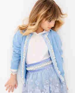 Niebieski sweter z białą koronką