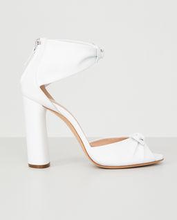 Białe sandały na słupku