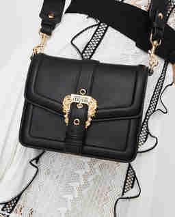 Czarna torebka z metalową klamrą