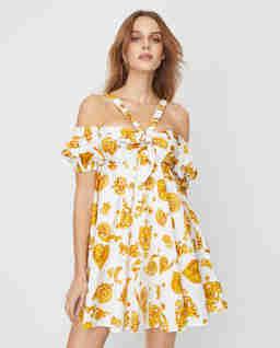 Biała sukienka z hiszpańskim dekoltem