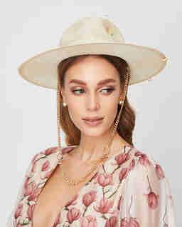 Beżowy kapelusz ze słomy
