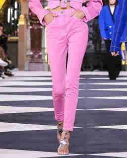 Różowe jeansy z wysokim stanem