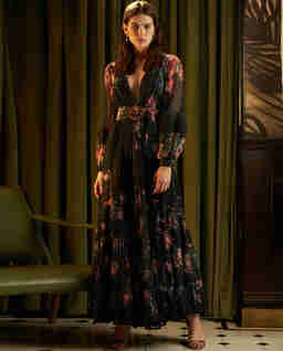 Czarna sukienka z kwiatowym wzorem