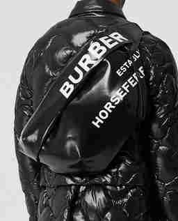 Czarna torba z nadrukiem