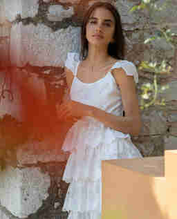 Biała sukienka z falbanami Dia