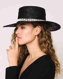 Słomkowy kapelusz z muszelkami