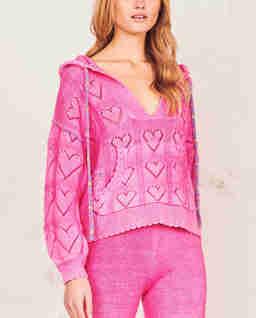 Różowy sweter w serca