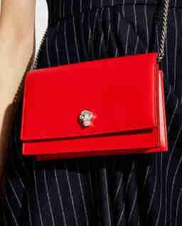 Czerwona torebka z czaszką