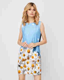 Błękitna sukienka z motywem kwiatków