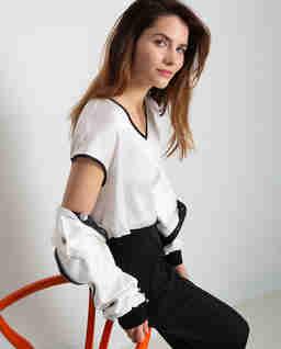 Biała bluzka z kontrastowym wykończeniem