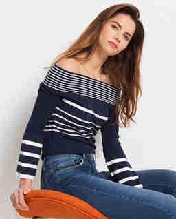 Sweter w paski z rozkloszowanymi rękawami