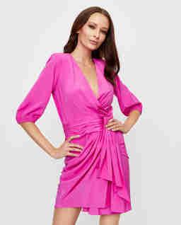 Różowa sukienka z drapowaniem