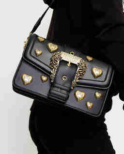 Czarna torebka z ozdobnymi sercami