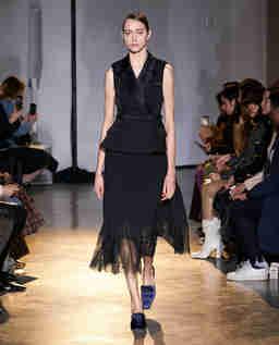 Czarna sukienka midi z koronką