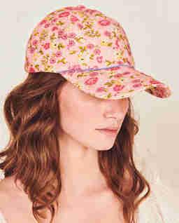 Różowa czapka w kwiaty