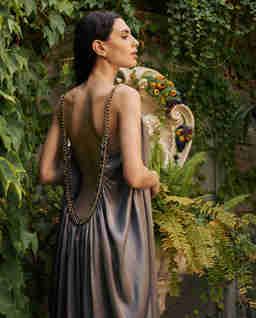 Szara jedwabna sukienka z łańcuchem BREZZA