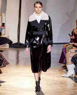 Czarny płaszcz ze skóry lakierowanej