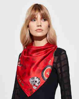 Czerwona chusta z jedwabiu