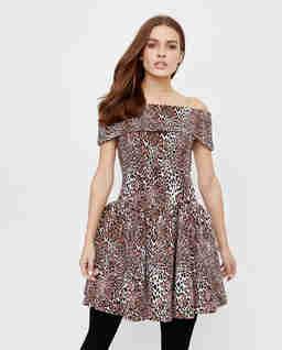 Krótka sukienka z odkrytymi ramionami