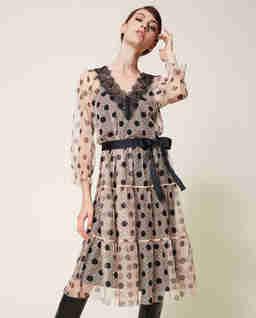 Tiulowa sukienka w grochy