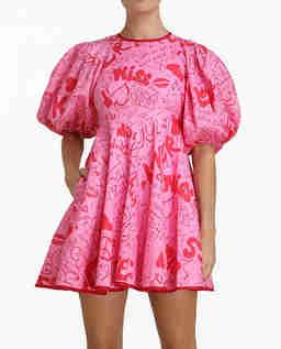 Różowa sukienka z nadrukami