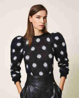 Czarny sweter w grochy