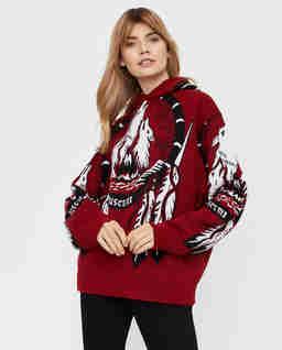 Czerwony sweter z indiańskim wzorem