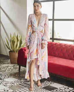 Różowa sukienka z wycięciem
