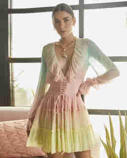 Pastelowa sukienka z wiązaniem