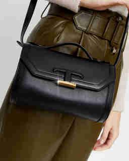 Czarna torebka na ramię z monogramem Timeless