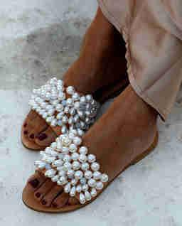 Białe klapki Lady Di