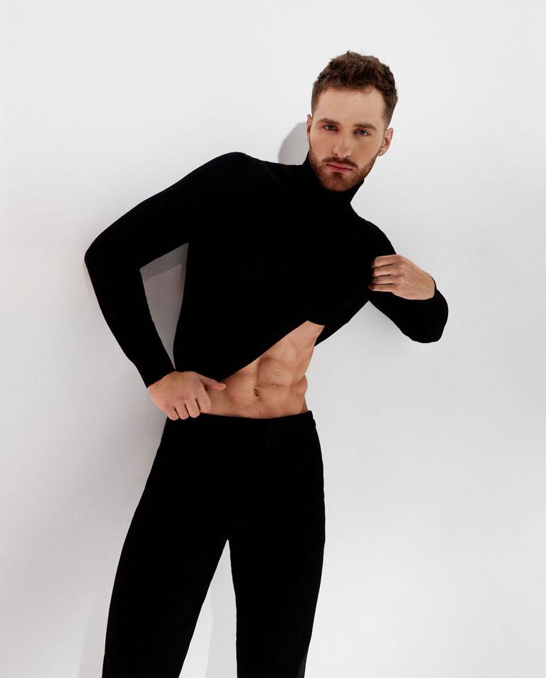 Czarny sweter z golfem Fay