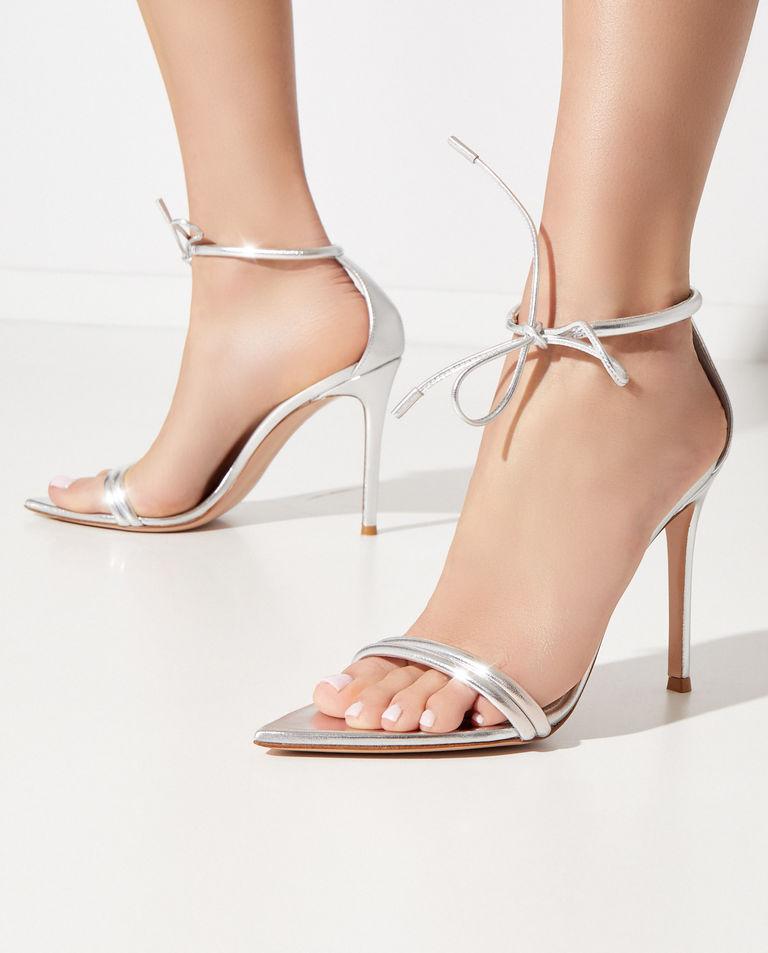 Srebrne sandały z paskiem wokół kostki Gianvito Rossi