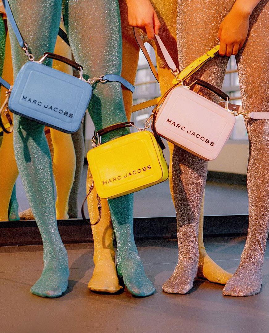 Torebki The Box Marc Jacobs w kolorach niebieski, żółtym i różowym