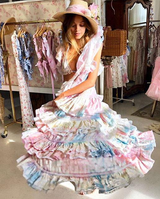 Dziewczyna w sukience Love Shack Fancy pastelowej kręci się