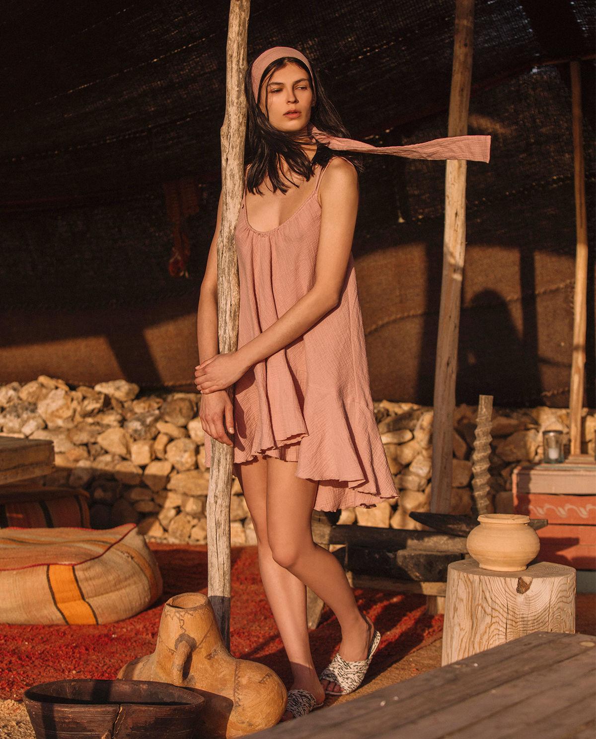 Modelka pozuje w sukience Bizuu Mer